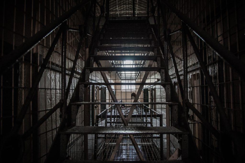 Diferencias entre cárcel y prisión